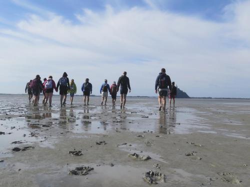 les pieds nus c'est la meilleurefaçon de traverser la baie du Mont Saint Michel